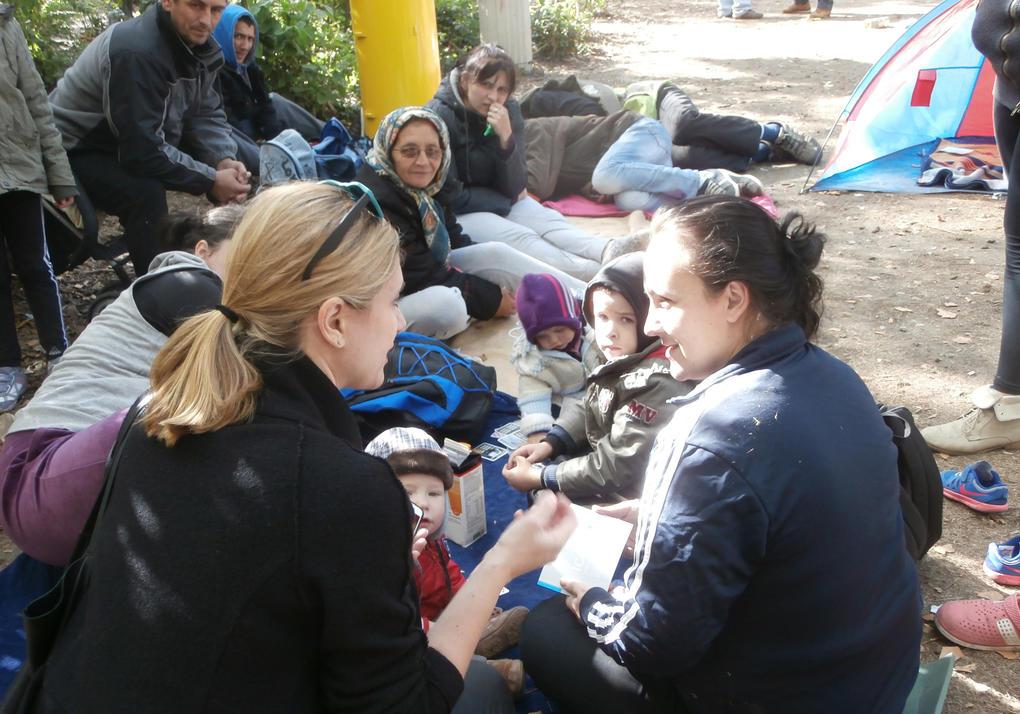 Gosia Warrink im Gespräch mit Flüchtlingen vor der Berliner LaGeSo